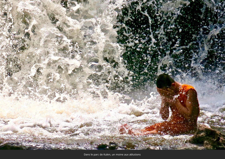 Dans-le-parc-de-Kulen-un-moine-aux-ablutions-